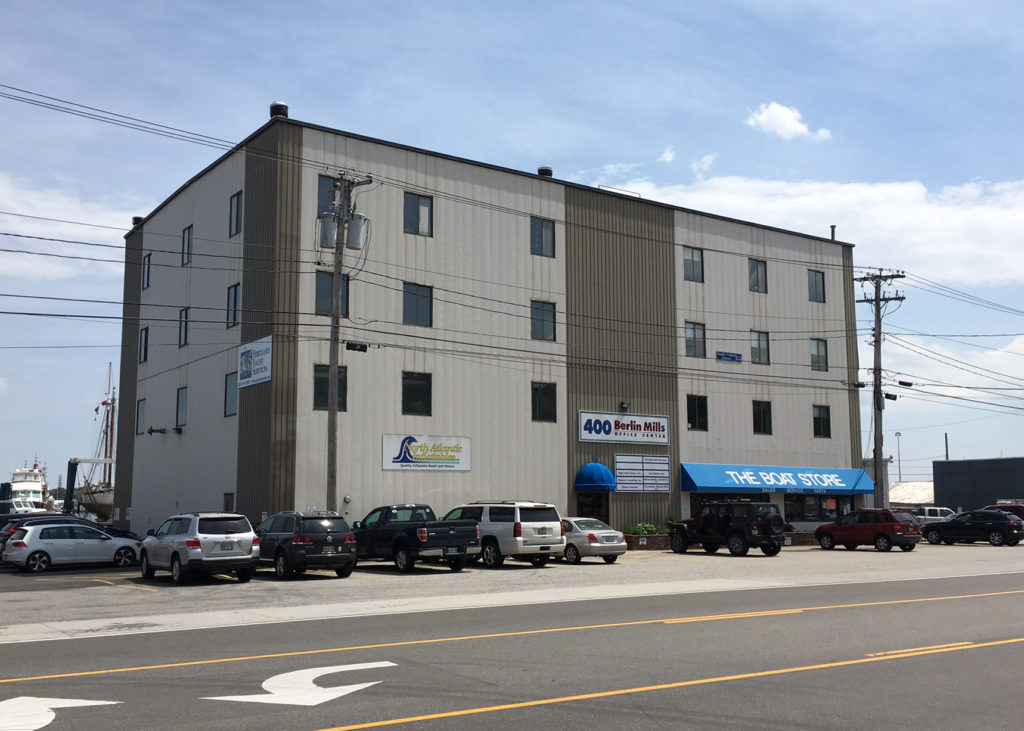 400 Commercial St-Photo